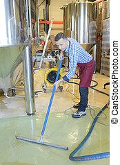 vino, lavoratore fabbrica, pulizia, pavimento