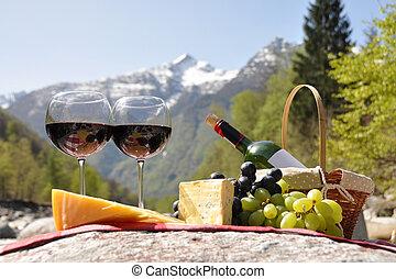 vino rojo, queso, y, uvas, servido, en, un, picnic.,...