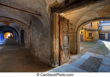 Vintage door and ancient passage in Saluzzo. - Vintage door...
