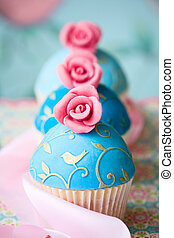 Vintage style cupcakes - Cupcakes decorated with turquoise...