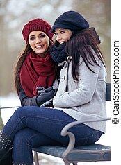 vinter, sittande, två, utomhus, kall, kvinnor