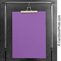 viola, manifesto, appendere, a, uno, vestiti, cremagliera.