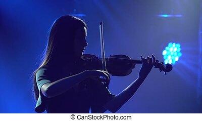 violin., professionnel, studio, charmer, bleu fumeux, lights., répétition, jouer, violiniste, fin, silhouettes, haut.