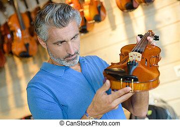 violino, inspeccionando, homem