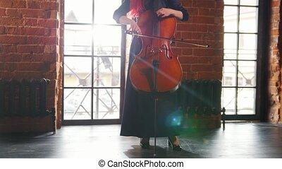 violoncelle, femme, fenêtre., contre, jouer