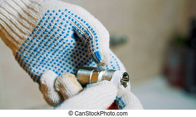 vis, gros plan, gloved, robinet, autour de, eau, bande, fer, mains, emballer, scellage, homme