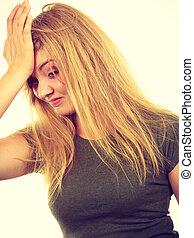 visage femme, embarrassé, honteux, blond, main