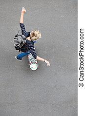 visión de arriba, de, adolescente niño, el skateboarding