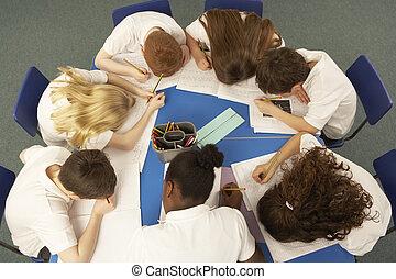 visión de arriba, de, alumnos, trabajo junto, en el...