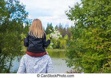 visión trasera, de, feliz, padre, y, poco, hija, en el...