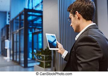 visión trasera, de, hombre de negocios, con, computadora de computadora portátil