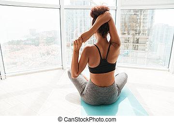 visión trasera, de, mujer se estirar, manos, antes, entrenamiento