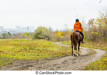 visión trasera, de, mujer sobre caballo