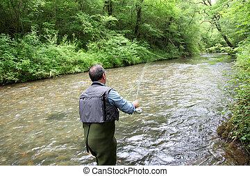 visión trasera, de, pescador, en, río, vuele pescando