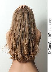 visión trasera, de, un, mujer, con, largo, pelo rubio