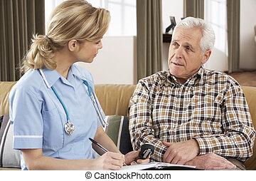 visiteur, conversation, santé, maison, homme aîné