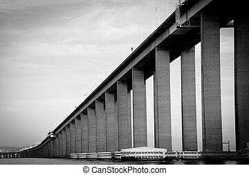 Visiting Rio de Janeiro - Detail of the Rio-Niteroi bridge...