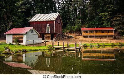 visszaverődés, közül, istálló, és, épület, alatt, egy, kicsi, tavacska, alatt, vidéki, york, megye, pennsylvania.