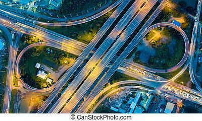 vista aérea, de, autopista, por la noche