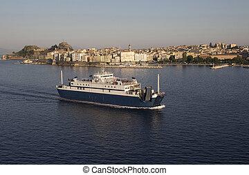 vista aérea, de, corfu, cidade, (greek, island), e, um, barco balsa, partindo