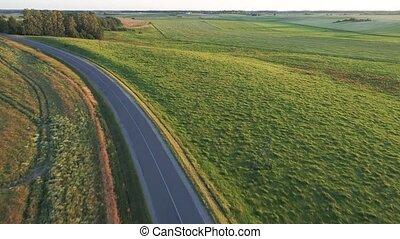 vista aérea, de, desporto, car, dirigindo, em, campos