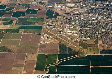 vista aérea, de, terra fazenda, colheita, campos, em, eua