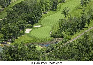 vista aérea, de, um, campo golfe, fairway, e, verde