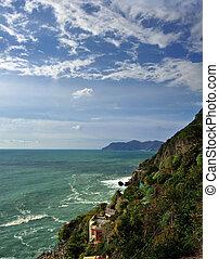 vista aérea, de, vernazza, -, pequeno, italiano, cidade, em, a, província, de, la spezia, liguria, noroeste, italy.