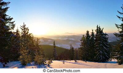 vista aérea, em, sundown, inverno, montanha