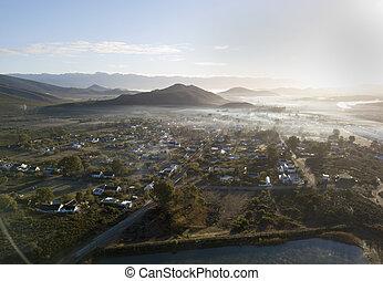 vista aérea, encima, pueblo pequeño, en, montuoso, campo