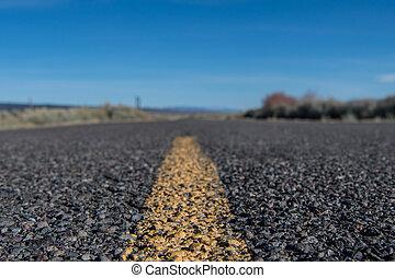 vista angolare bassa, di, striscia gialla, su, ruvido, deserto, strada