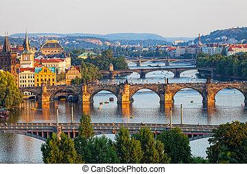 vista, de, a, rio vltava, e, a, pontes, brilhado, com, a, pôr do sol, sol, praga, república tcheca