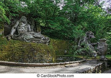 vista, de, escultura, amidst, el, vegetación, en el parque, de, bomarzo.