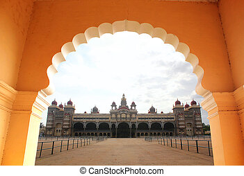 vista, de, hermoso, y, histórico, mysore, palacio, de, un, arch., el, palacio, es, un, histórico, monumento, localizado, en, mysore, en, sur, karnataka, india, y, es, un, inmenso, turista, attraction.