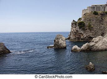 vista, de, pedras, e, mar mediterrâneo, fundo, dubrovnik, antigas, town., aquilo, é, um, cidade, em, sulista, croácia, fronting, a, adriático, sea.