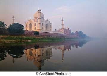 vista, de, taj mahal, com, começo matutino, nevoeiro, refletido dentro, rio yamuna, agra, uttar pradesh, índia
