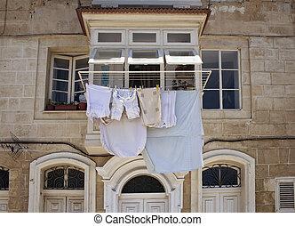 vista, de, un, histórico, típico, valletta, edificio, en, malta., ahorcadura fuera, ropa, exterior, para secarse, refleja, region's, cultura, y, lifestyle.