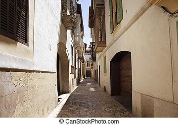 vista, de, viejo, histórico, estrecho, típico, calle, en, palma de mallorca, actuación, estilo de vida, cultura, y, arquitectónico, estilo, en, region.