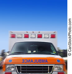 vista delantera, de, un, ambulancia, en el movimiento