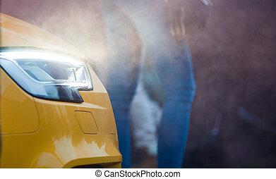 vista delantera, de, un, automóvil de lujo, cicatrizarse, con, luces, en, y, smokey, en, el, plano de fondo