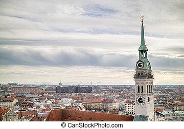 vista, el pasar por alto, el, pueblo, de, munich, con, s. iglesia peter, en, el, primer plano.