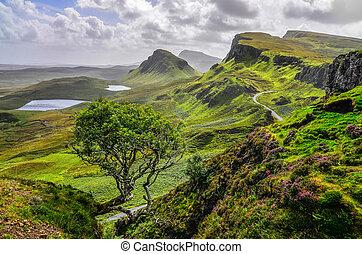 vista escénica, de, quiraing, montañas, en, isla de skye,...