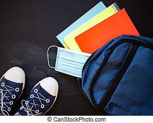 vista, espalda, cima, zapatillas, escuela, mochila, concepto, pandemia, durante, máscara