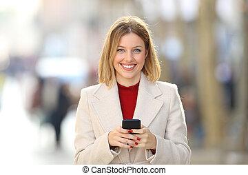vista frontale, di, uno, holding donna, uno, telefono, guardando, lei