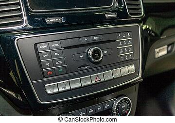 vista interna, con, audio, multimedia, sistema, di, lusso, molto, costoso, nuovo, bianco, mercedes-benz, gle, coupe, amg, 63s, automobile, leva piedi, in, il, lavaggio, scatola, attesa, per, riparazione, in, servizio auto