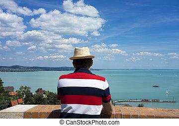 vista, lago, tihany, balaton, desfrutando, chapéu, homem