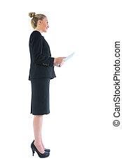 vista lateral, de, chique, jovem, executiva, segurando, dela, tabuleta
