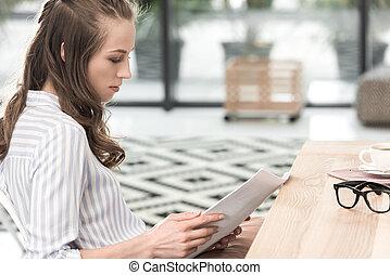 vista lateral, de, concentrado, executiva, fazendo, paperwork, enquanto, trabalhando, em, café