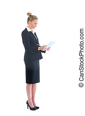 vista lateral, de, cute, jovem, executiva, usando, dela, tabuleta