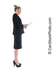 vista lateral, de, esperto, atraente, executiva, usando, dela, tabuleta